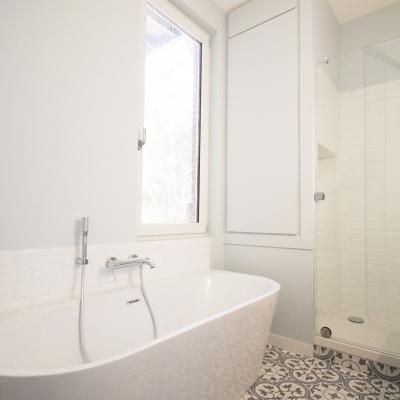 baignoire adossée et cabine de douche