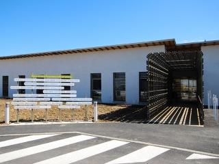 façade sur ombrière d'entrée et signalétique