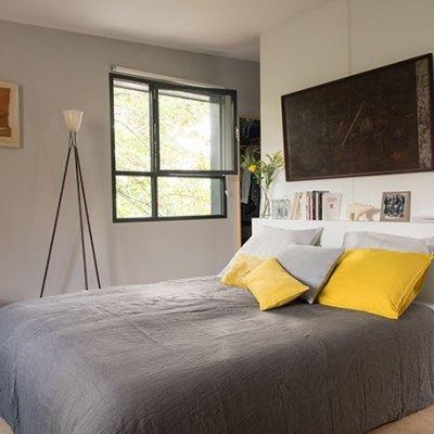 La chambre et sa tête de lit bâtie