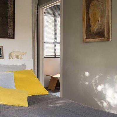 La chambre et sa tête de lit